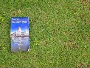 Brunei Tourism Map Sangat membantu karena dilengkapi dengan jalur bus, kuliner dan  informasi lainnya Bisa diambil di Lt. 2 KH.Soon resthouse