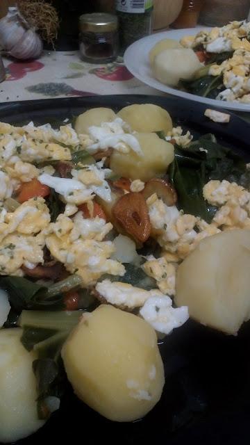 Receta: Guiso de patatas con acelgas, zanahoria y huevo revuelto.