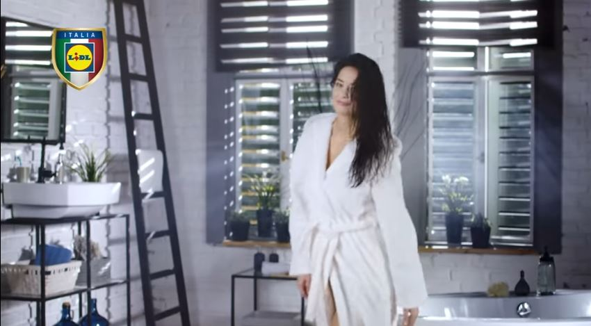 Modella Lidl pubblicità Prenditi cura di te con ragazza che asciuga i capelli con Foto - Testimonial Spot Pubblicitario Lidl 2016