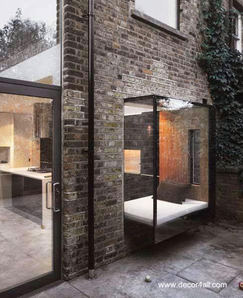 Ventana moderna vidriera con cama de día