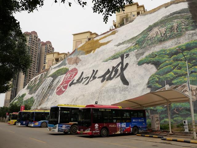 bus parking near the Zaochong Neighborhood Bus Stop (枣冲小区站) in Wuzhou
