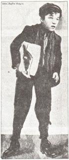 """Юный Чарли Чаплин в роли газетчика Сэмми в пьесе """"Джим, роман оборванца"""" (1903)"""