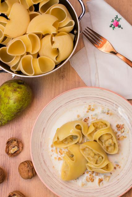 Pasta rellena de pera y gorgonzola con salsa de queso y nueces