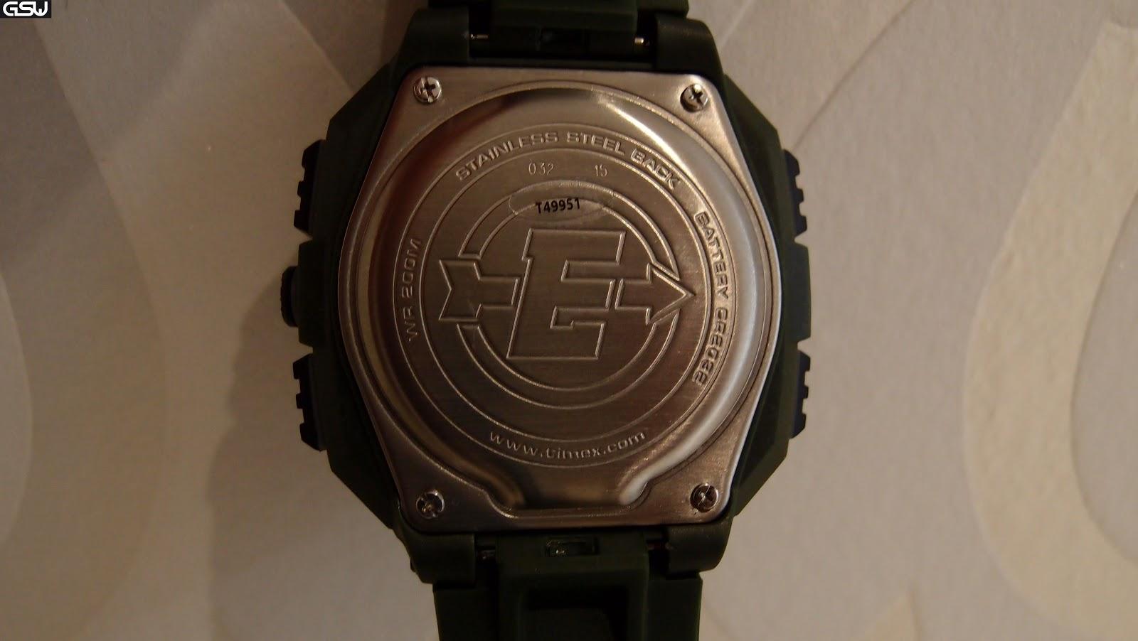 722cf8e2d477 La trasera es muy amplia y utiliza la clásica tapa trasera de metal y  tornillos iguales a los G-Shocks