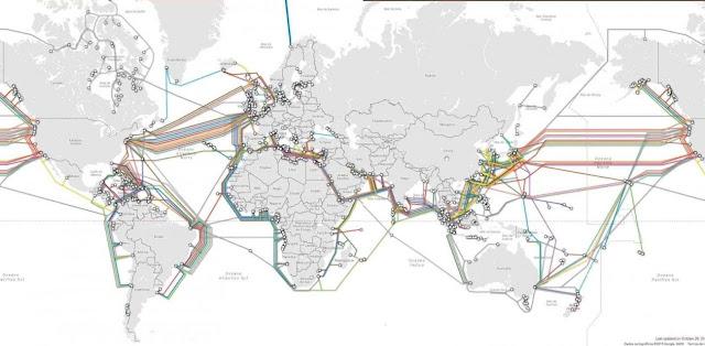 Mapa mostrando cabeamento submarino de fibra ótica no mundo