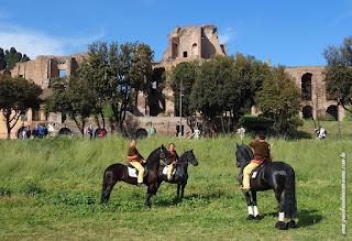 Cavalos na frente do Circo Máximo - demonstração de adestramento