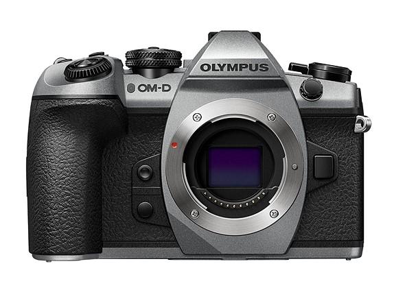 Серебристая версия Olympus OM-D E-M1 Mark II, вид спереди