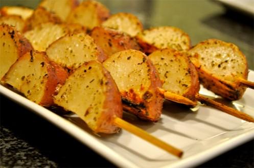 Νηστίσιμα σουβλάκια πατάτας με σάλτσα μουστάρδας