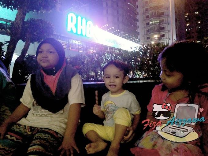 Menikmati angin malam di Menara berkembar Petronas