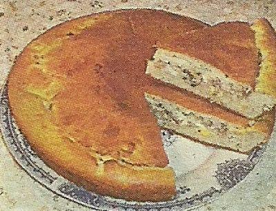 Рецепт быстрого приготовления пирога на кефире. Для начинки твердый сыр и яйца.
