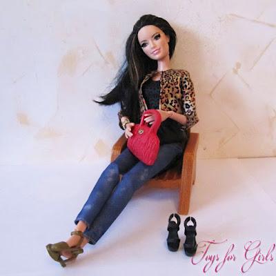 Фото куклы Барби Ракель в кресле (шарнирная модница Barbie Style)