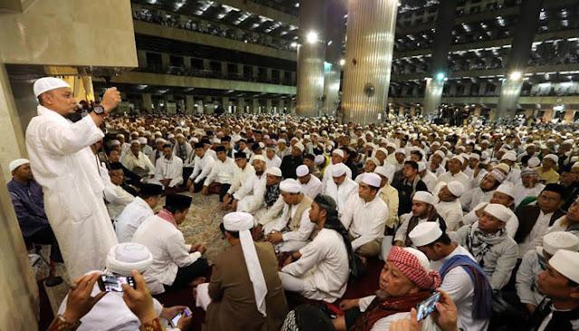 Ribuan umat Islam berkumpul di Masjid Istiqlal, Jakarta Pusat, menjelang Aksi 112