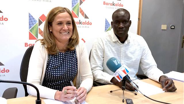 La alcaldesa, Amaia del Campo, junto al presidente de la Unión de Senegaleses de Bizkaia Terranga, Abdoulaye Wade
