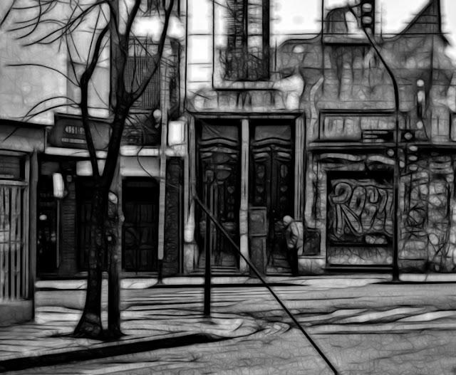 Un mujer paseando por una calle de barrio, en modo gráfico.