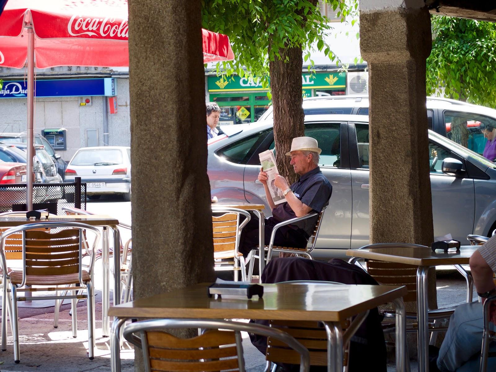 Hombre leyendo el periódico en El Barraco, Avila, 2015
