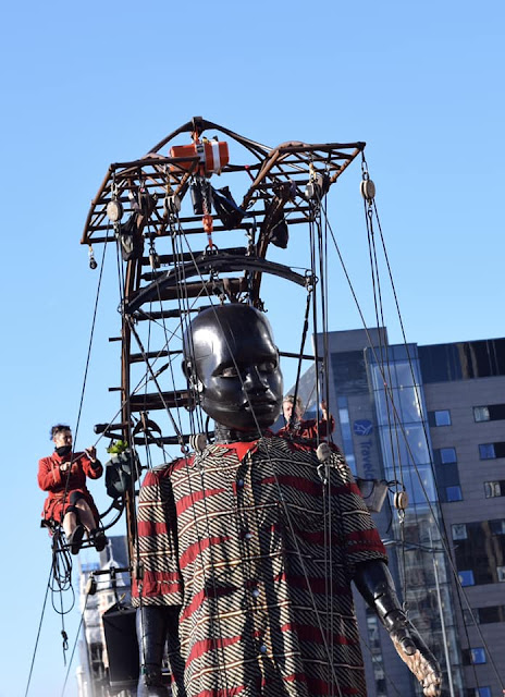 Lilliputians and frame to operate the boy giant - Royal de luxe