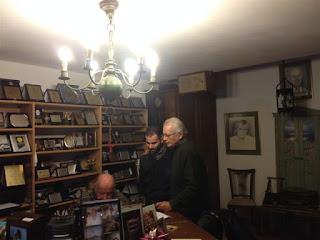 Ο Βαγγέλης Αυγουλάς στο σπίτι του Μίμη Πλέσσα με το Δημήτρη Κωνσταντάρα