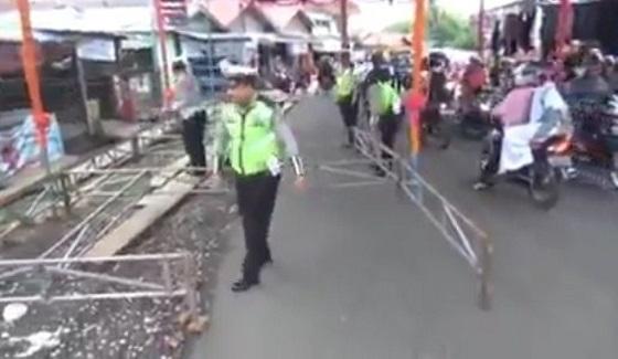 Video Polisi Bongkar Tenda Hajatan di Jalanan Karena Bikin Macet