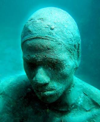 Impresionante escultura en el oceano