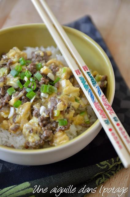 Sauté de boeuf aux oeufs brouillés sur riz (hua dan niu rou fan )