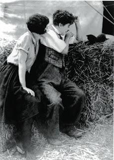 """Чарли Чаплин и Мерна Кеннеди на съемках """"Цирка"""" 1"""