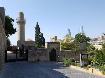 Palacio de los Shirvanshah con las Flame Towers detrás