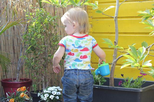 Nachhaltigkeit mit Kindern - Blumen mit Regenwasser gießen