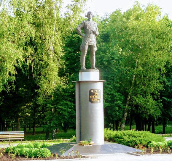 Сумы. Памятник И. М. Кожедубу