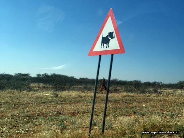 señales en las carreteras de Namibia