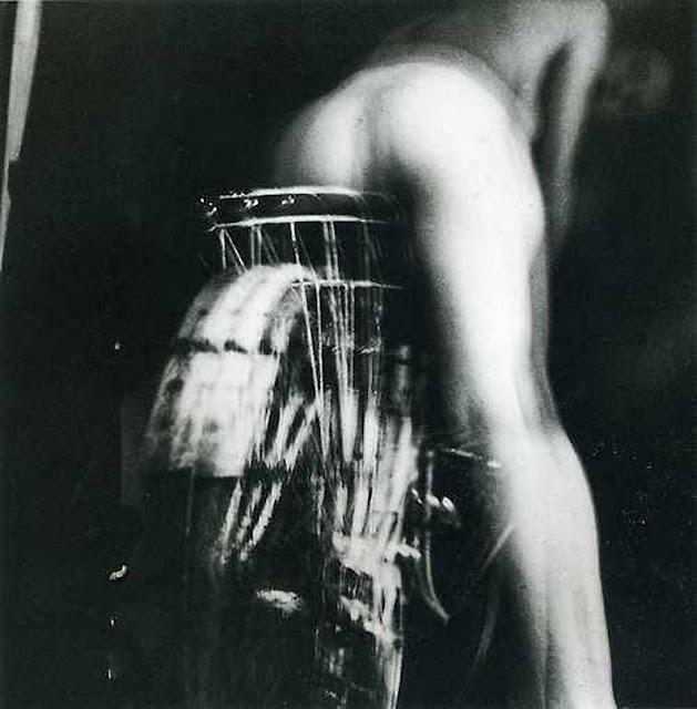Γυμνή γυναίκα σε ποδήλατο του Hans Bellmer, για την Ιστορία του Ματιού του Ζωρζ Μπατάιγ (Georges Bataille)