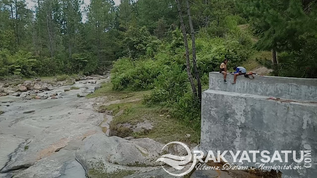 Woww! Dua Pelajar Awan Ini Memilih Belajar di Pinggir Sungai Ketimbang Dirumah, Kok Bisa...?