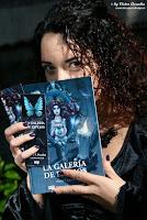 La autora presentando su libro La galería de espejos