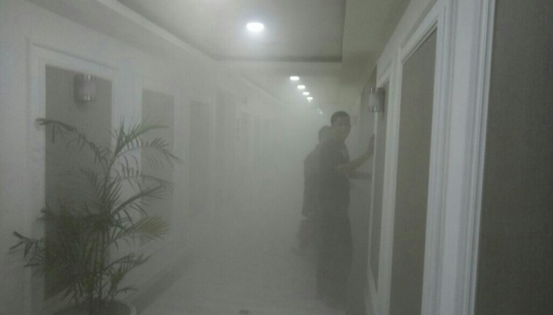 Suasana asap di lantai 4 Gedung Nusantara III DPR