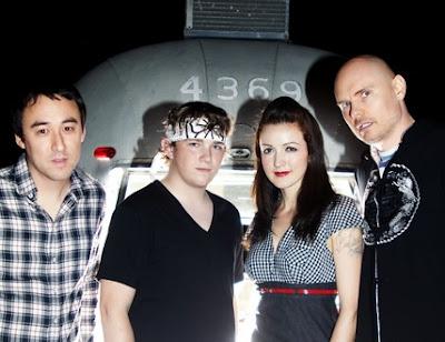 Foto de The Smashing Pumpkins posando para fans