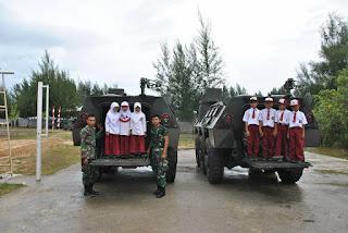 MURID SD NEGERI 1 SAMPOINIET CERIA FOTO DI ALUTSISTA TNI