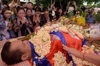 Cambodians pay their respects at the funeral of murdered political commentator Kem Ley at a pagoda in Phnom Penh