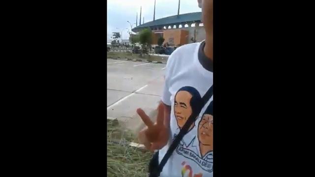 """Pakai Kaos Jokowi-Ma'ruf, Pemuda Ini Bilang """"Saya Mah Pilih Prabowo Atuh"""""""