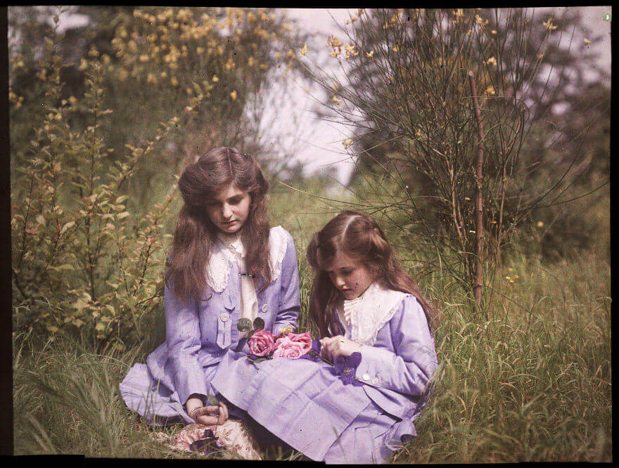 40 Old Color Pictures Show Our World A Century Ago - Sisters Sitting In A Garden Tying Roses Together, 1911