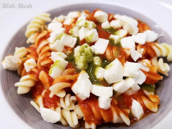 Паста с моцарела и доматен сос
