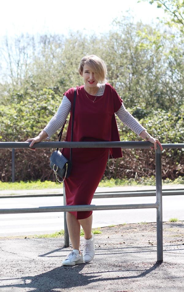 Legeres Kleid mit Sneakers kombiniert