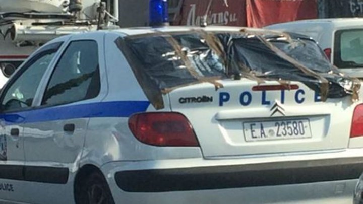 Κουκουλοφόροι έσπασαν περιπολικό στο κέντρο της Αθήνας