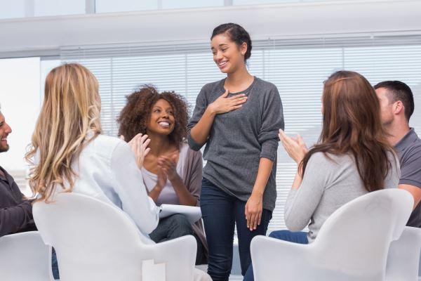 Saat bicara, orang pendiam akan menjadi pusat perhatian