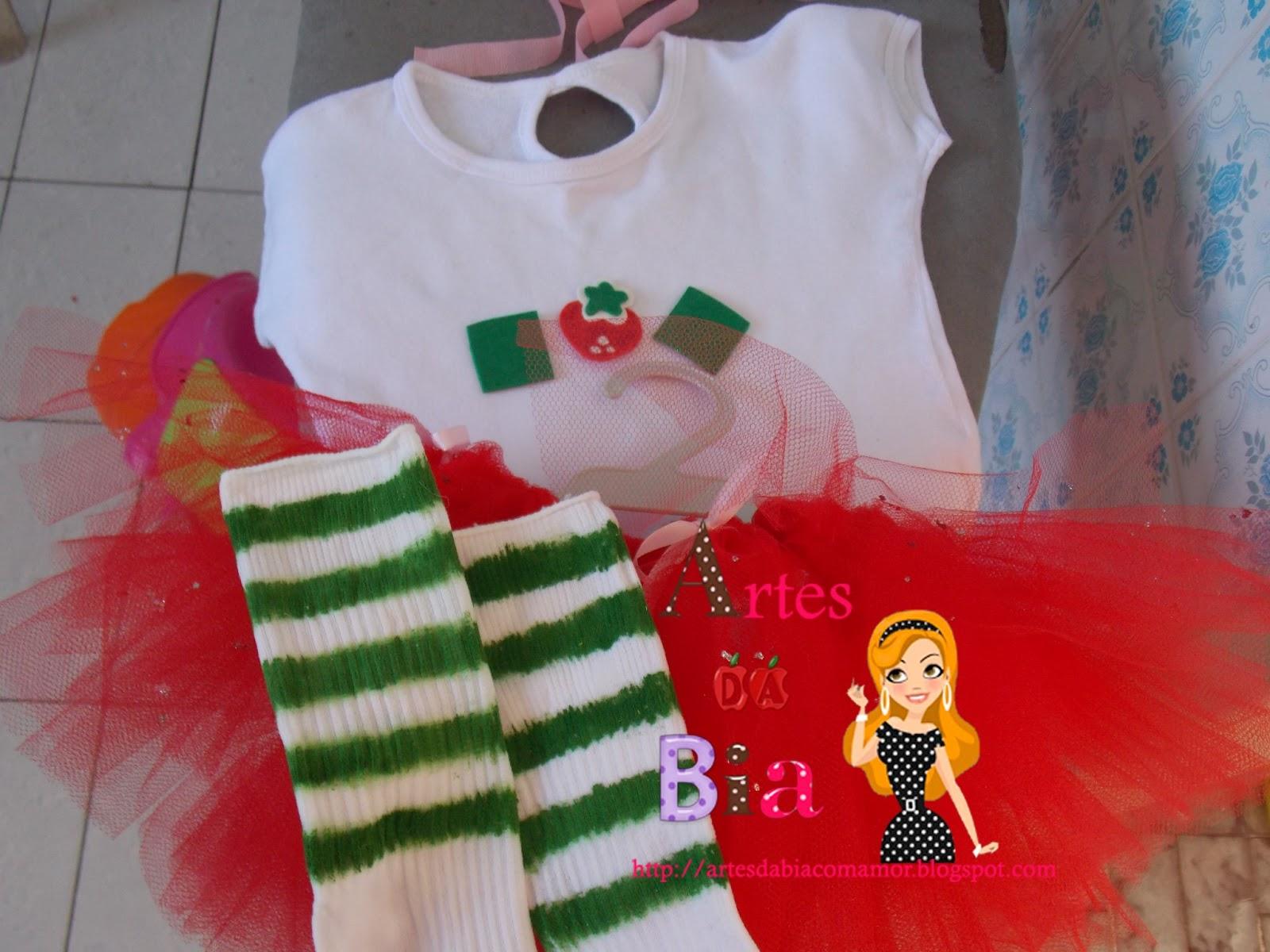 Adaptei uma camisa branca com eva para os losangos e morango e sianinha  rosa bebê costurada nas mangas e gola. Para as meias... peguei uma meia da  irmã mais ... 0227a8120c2