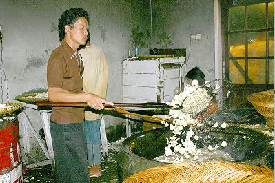 Seseorang sedang menggoreng Keripik Sanjai Pedas Khas Kota Bukitinggi
