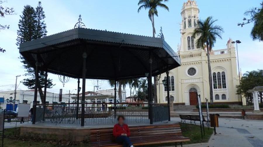 Praça da Independência e Igreja Matriz de Espírito Santo do Pinhal