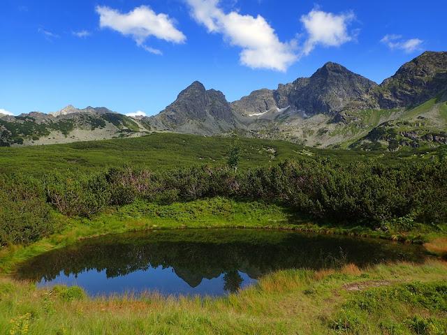 Jeden ze stawów w Dolinie Gąsienicowej oferuje fajne widoki