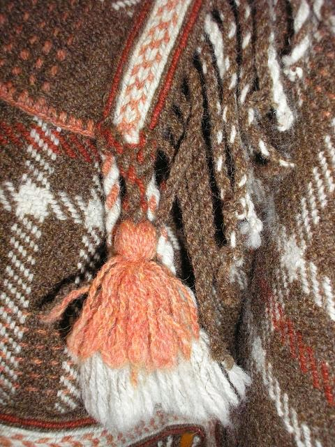 cd6e0203636 Esmalt said selgeks kanga käärimise, rakendamise ja kudumise põhitõed.  Esimeseks tööks oli villane sõba (62x200cm).