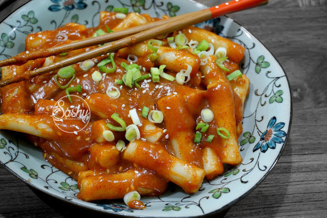 Ddeokbukki / Tteokbokki ( Korean Spicy Rice Cake )