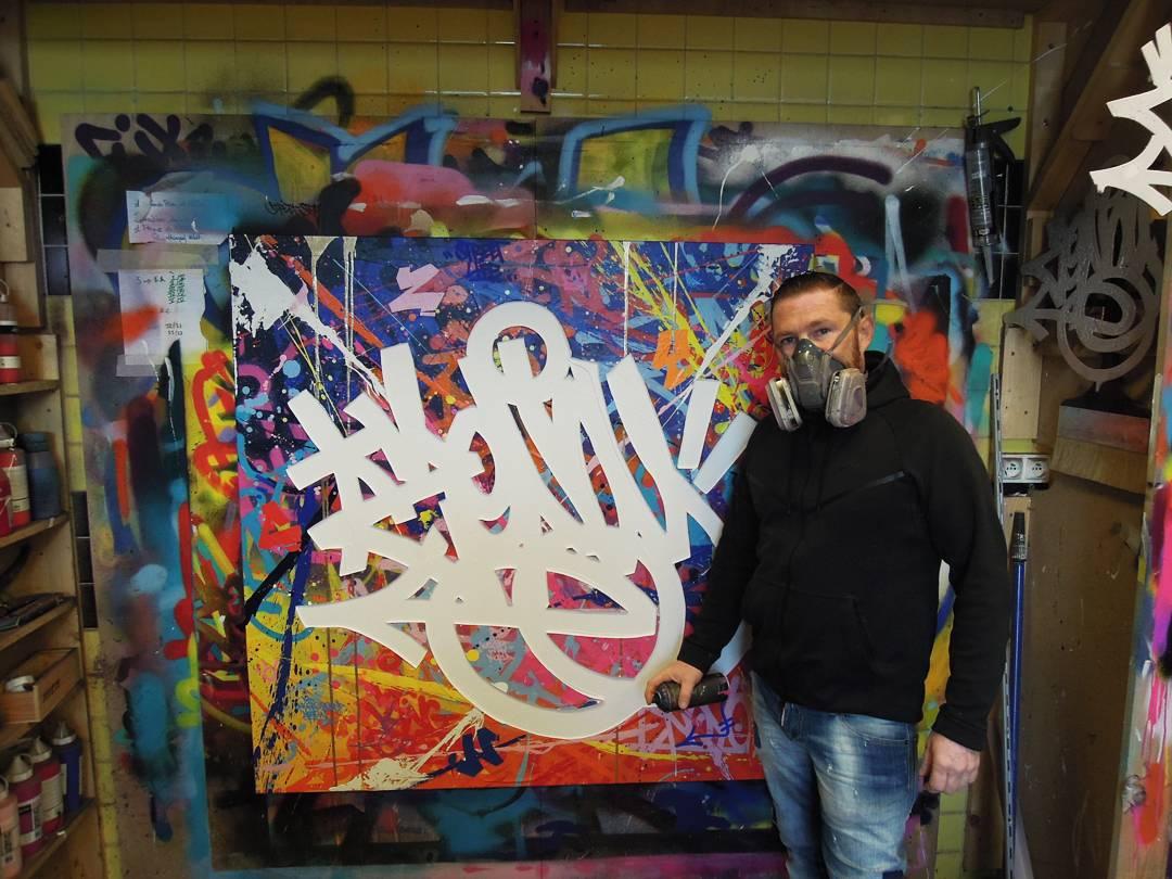 L'artiste zenoy et sa toile