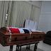La Bandera Nacional cubre ataúd de dominicano asesinado en Chile; está solo en una capilla